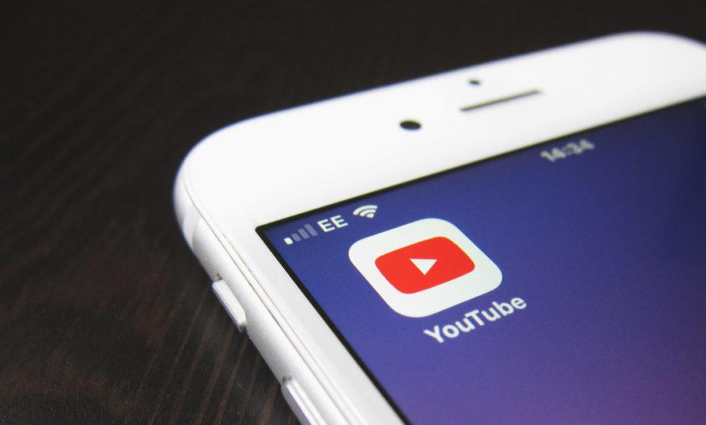 Image montrant un téléphone avec l'icône de YouTube